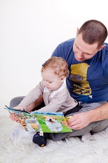 ba và bé đọc sách